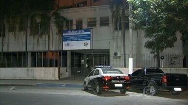Quatro homens são mortos em São Gonçalo - Bandidos num carro passaram pela rua Raul Penido, no bairro Brasilândia, e fizeram disparos que atingiram dois homens. Os assassinos conseguiram fugir. Num outro ponto da cidade, no bairro Lindo Parque, mais dois homens morreram.
