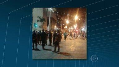 Guardas municipais e camelôs entram em confronto no centro do Rio - No final da tarde de terça-feira (18), o Grupamento Tático Móvel da Guarda Municipal fazia uma ação de rotina na região da Central do Brasil, para coibir o comércio ilegal, quando começou a confusão. Ambulantes apedrejaram os agentes.