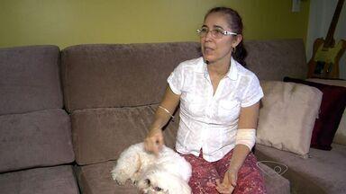 Ataque de cachorros deixa bióloga e cão de estimação feridos em Vitória - Solange e o cão foram atacados por 5 animais no bairro Bento Ferreira.Eles foram socorridos por dois homens que passavam pela rua.