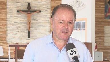 Padre é preso por posse ilegal de arma em Ariquemes - Espingarda foi achada em casa durante mandado de busca e apreensão.Religioso é investigado suspeito de arquivar pornografia infantil em HD.