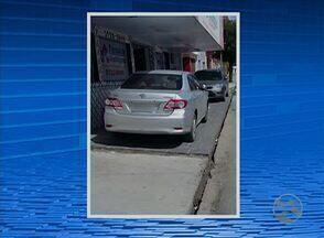 Imagens mostram carros estacionados em cima de calçadas em Caruaru, no Agreste - Diretor de trânsito e transporte da Destra falou quais as punições previstas para motoristas que cometem este tipo de irregularidade.