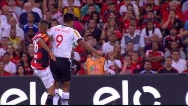 Julio dos Santos faz falta dura em Jorge e recebe cartão amarelo a 1 do 1º tempo - Julio dos Santos faz falta dura em Jorge e recebe cartão amarelo a 1 do 1º tempo