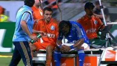 Arouca deixa o campo de maca, e é substituído por Rafael Marques, aos 25 do 1° tempo - Arouca deixa o campo de maca, e é substituído por Rafael Marques, aos 25 do 1° tempo