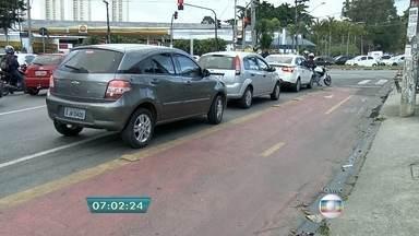 Espaço de ciclovia causa transtornos para motoristas na Zona Oeste da capital - É impossível passar pela ciclovia em um cruzamento da Avenida Jaguaré sem cometer infração de trânsito.
