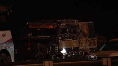 Carro forte capota na BR-153, em Goiás - Acidente deixou o trânsito lento na região. Segundo a polícia, o motorista perdeu o o controle do veículo.