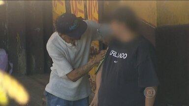 Tatuadores clandestinos botam em risco a saúde dos clientes - Eles desafiam a lei e montam bancas no meio da rua sem as condições mínimas de higiene.