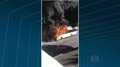 Ônibus pega fogo no Méier, zona norte do Rio - O fogo no ônibus na rua Hermengarda começou por volta das 11h30 desta quinta-feira (20). A rua está liberada ao trânsito.
