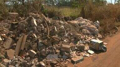 Quadro 'Até Quando' mostra acúmulo de entulho na Estrada do Piripau, em Ribeirão Preto - Local dá acesso para ranchos à beira do Rio Pardo.