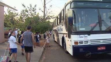 Moradores reclamam de falta de calçada perto de escola em Ribeirão Preto - Mães de alunos afirmam que crianças são obrigadas a dividir espaço com os carros.