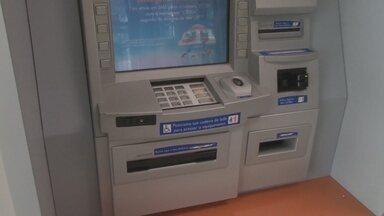 Estagiário de banco é detido fazendo saques da conta de clientes - Para sacar, adolescente usava cartões e senhas dos correntistas.Fraude foi descoberta após denúncia anônima na quarta-feira (19).