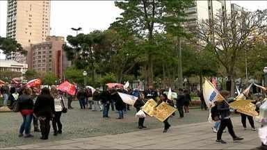 Manifestantes defendem a democracia em Caxias do Sul, RS - Eles pedem também a permanência de Dilma Rousseff na presidência