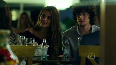 Angel conhece os pais de Guilherme - Sílvia e Renato ficam encantados com a jovem, que convence o namorado a prestar vestibular para administração