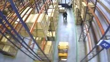 Imagens exclusivas mostram o roubo à fábrica da Samsung em Campinas - Ladrões levaram R$ 20 milhões em celulares, tablets e computadores. Para a polícia, o crime está solucionado, mas um dos presos alega inocência.