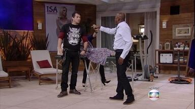 O médico Júlio se atrapalha na preparação do parto - Celso (Nando Cunha), marido de Isa (Dani Valente) pede ajuda do médico Júlio (Marcelo Serrado)