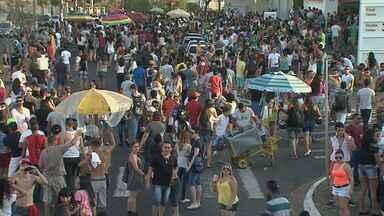 Ribeirão Preto, SP, recebeu parada do orgulho gay nesse domingo (23) - Participantes acompanharam trio elétrico da Avenida Nove de Julho até a Avenida Presidente Vargas.