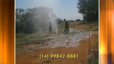 Moradores do bairro Pousada da Esperança 2 passam parte do domingo sem água em Bauru - Moradores do bairro Pousada da Esperança 2, passaram boa parte do domingo sem água. Mas o que deixou o pessoal indignado, é que enquanto as torneiras estavam secas, a água jorrava na rua.