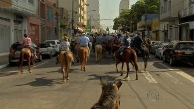 Polícia Militar realiza cavalgada em Campo Grande - Cavaleiros tomaram conta das ruas do centro da capital. Evento faz parte das festividades pelos 17 anos de esquadrão de polícia montada