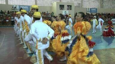 Festivais de Coco de Roda de Alagoas tentam resgatar a tradição do folguedo - Grupos de Coco de Roda se reuniram no domingo, no bairro do Jacintinho, para comemorar o Dia do Folclore.