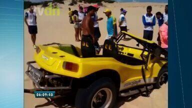 Casal de turistas sofre acidente durante passeio nas dunas de Aracati - Apenas bugueiros credenciados podem