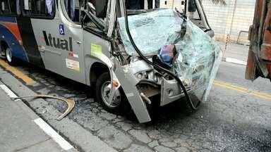 Mais de 20 pessoas ficam feridas em acidente em Guarulhos - Um ônibus bateu em um caminhão que há uma semana está parado atrapalhando o trânsito em uma via de mão dupla da cidade.