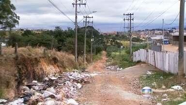 Moradores sofrem com problemas de estrutura e lixo em estrada de Guarulhos - Além da falta de iluminação e de asfaltou, a Estrada dos Pimentas se transformou em um enorme depósito de lixo e entulho. Há quatro anos, a Prefeitura prometeu realizar a obra no local.