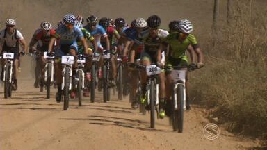 2ª etapa da Copa de Mountain Bike é realizada em Resende, RJ - Mais de 300 ciclistas amadores e profissionais participaram da prova e enfrentaram diferentes terrenos no percurso entre estradas e trilhas.