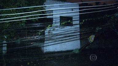 Poste cai em Laranjeiras, na Zona Sul do Rio - O poste foi atingido por uma máquina que fazia obras na Rua Mario Portella. A fiação ficou espalhada pela rua e o trânsito foi desviado pela Rua Alice.