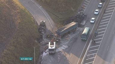 Carreta bate na traseira de caminhão no encontro das BRs 381 e 262, em Betim, na Grande BH - Uma pessoa ficou ferida no acidente. O trânsito está congestionado porque está sendo feito em apenas uma pista no sentido Triângulo Mineiro.