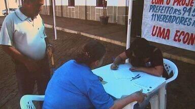 Moradores reúnem assinaturas para baixar salários de prefeitos de Pedregulho e Igarapava - Documento vai ser apresentado na câmara para ser projeto de lei.