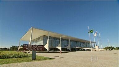 Presidente Dilma admite que errou ao demorar a perceber a gravidade da crise econômica - Pelo menos dez ministérios serão cortados. O governo prometeu também cortar o número de servidores que ganham em comissão. Nesta segunda-feira (24), o vice-presidente Michel Temer deixou a articulação política.