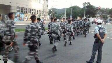 Policiais do Batalhão de Missões Especiais param o trânsito em Vitória - Foi realizada marcha militar em comemoração ao 29º aniversário do BME. Policiais saíram às 3h30 da madrugada de Cariacica e seguiram até Maruípe.