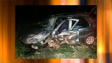 Homem de 69 anos fica gravemente ferido após bater na lateral de caminhão em Iacanga - Um homem de 69 anos ficou gravemente ferido após se envolver em um acidente na rodovia Cezário José de Castilho, na noite de segunda-feira (24), em Iacanga (SP). Segundo informações da Polícia Rodoviária, a vítima bateu o carro na lateral de um caminhão que cruzou a pista ao sair de uma propriedade rural. O motorista do carro ficou preso nas ferragens e foi socorrido pelo Corpo de Bombeiros.