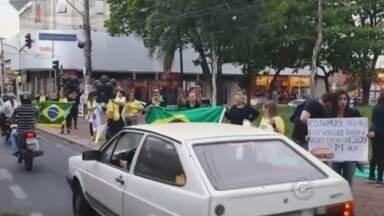 Presidente Dilma Roussef entrega casas populares na região de Rio Preto - A presidente Dilma Roussef está na região de São José do Rio Preto (SP). Ela chegou no final desta manhã de terça-feira (25) no aeroporto da cidade e foi de helicóptero para Catanduva (SP), onde participa da entrega de casas de um conjunto habitacional. A presença da presidente motivou protestos em uma praça da cidade.
