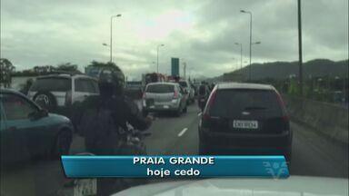 Engavetamento deixou o trânsito em Praia Grande bastante lento - Quatro carros se envolveram no acidente.