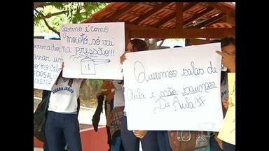 Alunos do Colégio Álvaro Adolfo fazem protesto por melhorias nas salas de aula - Movimento foi na manhã desta terça-feira (25), em frente à instituição, localizada da Avenida Marechal Rondon.