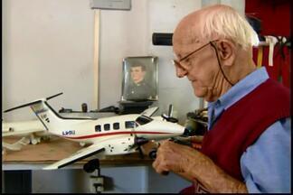 Comerciante de 73 anos coleciona miniaturas de aviões em Divinópolis - Aviões feitos de madeira são projetados e desenvolvidos por ele mesmo. Colecionador Décio Vasconcelos conta que começou o hobby a 40 anos.