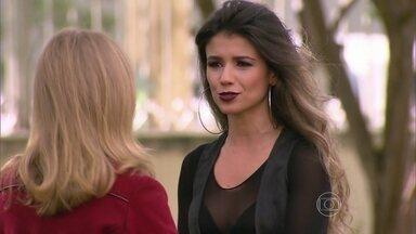 Paula Fernandes relembra início da carreira - Disfarçada, atriz canta em shopping de São Paulo