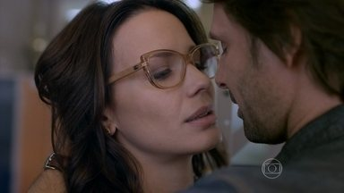 Malhação - Seu Lugar no Mundo - Capítulo de terça-feira, 01/09/15, na íntegra - Lívia tenta beijar Roger, mas é rejeitada