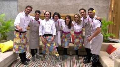 Confira momentos da trajetória dos finalistas do Super Chef Celebridades 2015 - Fernando Ceylão, Julio Rocha, Miá Mello, MC Leozinho e Totia Meirelles observam desempenho