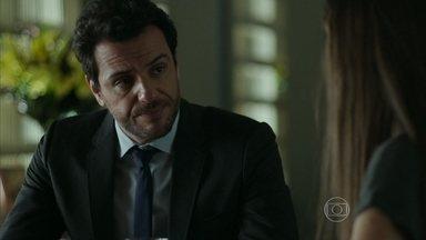 Alex ajuda Angel a despistar Carolina - A jovem aproveita rompimento com Guilherme para enganar a mãe