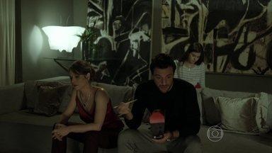 Alex e Angel mentem para Carolina - Empresário inventa que Eunice e Domício pediram demissão e modelo confirma história