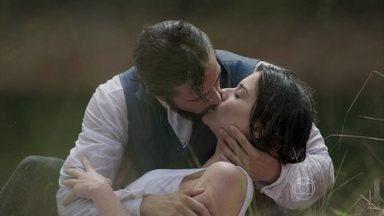 Felipe salva Lívia de se afogar nas águas do lago e eles se beijam - Apavorado, o conde confessa que a ama