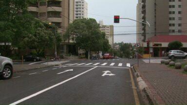 Novo semáforo começa a funcionar na esquina da rua Santos com Pará - O semáforo foi instalado no fim de semana depois de um acidente no local.