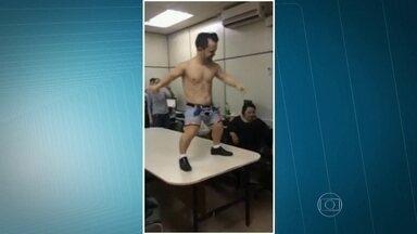 Anão é contratado para animar aniversário no Departamento de Narcóticos da capital - No vídeo é possível ver o homem contratado pelos policiais dançando seminu em cima da mesa. Depois, ele brinca com os convidados. Foi a comemoração do aniversário de uma escrivã do Departamento de Narcóticos – Denarc.