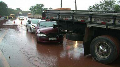 Três veículos batem na PR 317 em Engenheiro Beltrão - Chovia na hora do acidente.
