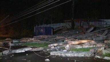 Prédio em construção desaba durante temporal em Foz - Com a queda, uma das pistas da Avenida Ludolfo Gomes ficou interditada.