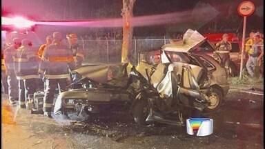 Jovem de 22 anos morre em acidente na zona sul de São José - Ele perdeu o controle do carro e bateu em uma árvore.