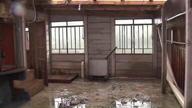 Chuva e granizo causam estragos a várias residências de Ponta Grossa - Serviço de Obras Sociais está recebendo doações de cobertores e outros objetos para ajudar as famílias afetadas