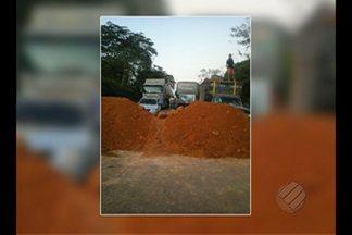 Protesto bloqueia a rodovia BR-163 - Moradores pedem melhorias para a área.