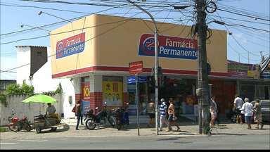 Funcionário de farmácia é baleado durante assalto em João Pessoa - O funcionário foi baleado na farmácia onde trabalha, em Mangabeira. Ele foi encaminhado para o Hospital de trauma de João Pessoa e o estado de saúde dele é regular.